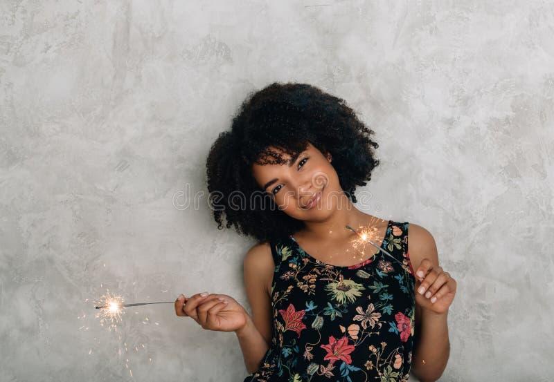 Amerykanin Afrykańskiego Pochodzenia młoda kobieta z sparklers obrazy stock