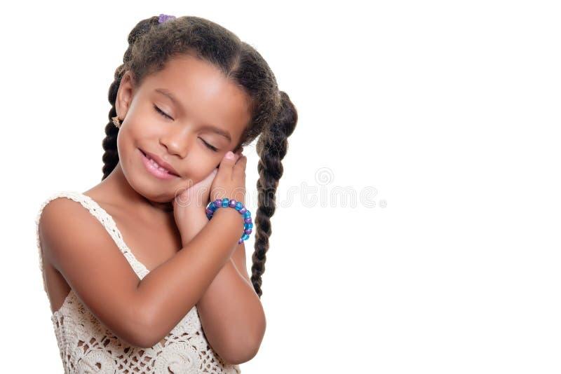 Amerykanin afrykańskiego pochodzenia mała dziewczyna z ślicznym niewinnie spojrzeniem odizolowywał o zdjęcie stock