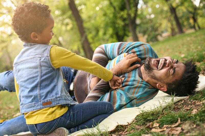 Amerykanin Afrykańskiego Pochodzenia mała dziewczynka z jej ojcem w parku p obrazy stock