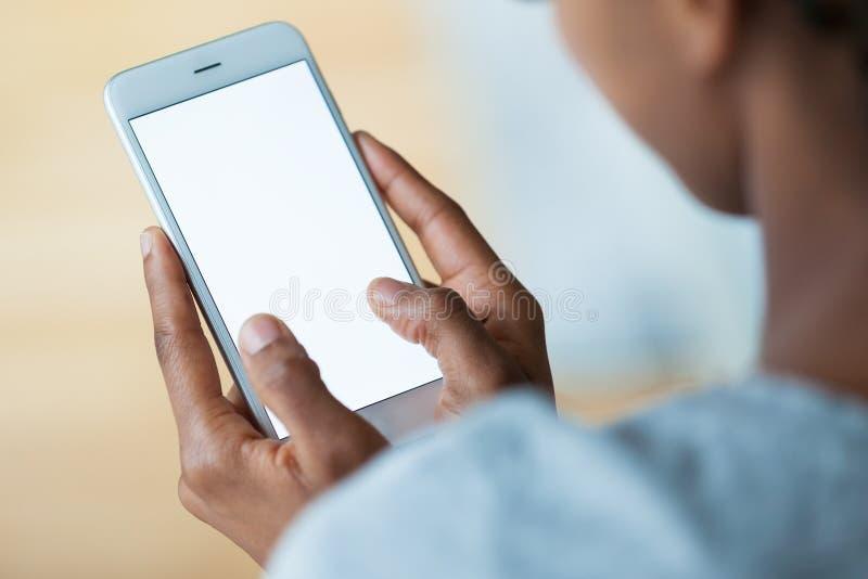 Amerykanin afrykańskiego pochodzenia osoba trzyma dotykowego mobilnego smartphone - Bl obrazy stock