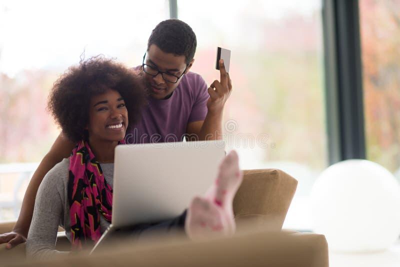 Amerykanin afrykańskiego pochodzenia para robi zakupy online zdjęcie royalty free