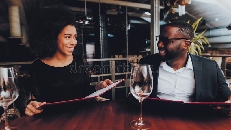 Amerykanin Afrykańskiego Pochodzenia pary datowanie w restauracji fotografia stock
