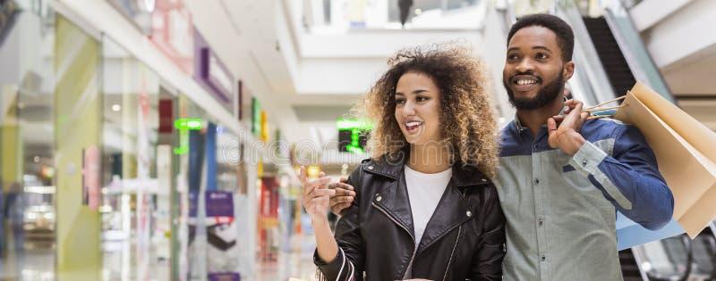Amerykanin afrykańskiego pochodzenia pary dopatrywanie przez zakupów okno fotografia royalty free