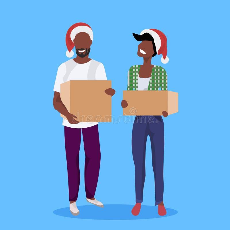 Amerykanin afrykańskiego pochodzenia pary kobiety mężczyzny Santa mienia papieru pakuneczka pudełka czerwonego kapeluszowego dorę royalty ilustracja