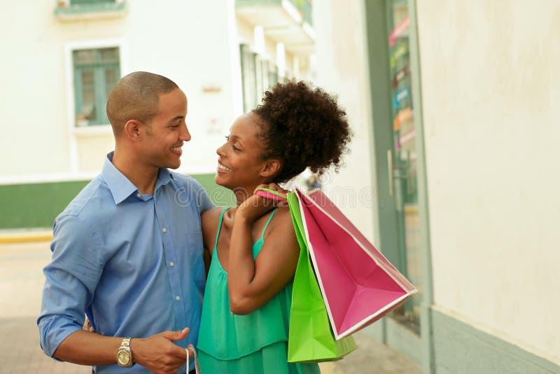 Amerykanin Afrykańskiego Pochodzenia pary przewożenia torba na zakupy W Panamskim mieście fotografia royalty free