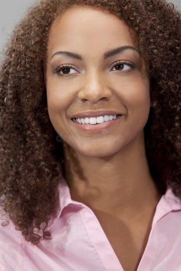 amerykanin afrykańskiego pochodzenia piękna dziewczyna mieszam biegowy ja target2518_0_ fotografia stock