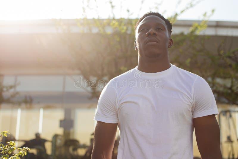 Amerykanin Afrykańskiego Pochodzenia sprawności fizycznej męska osoba opracowywa gym fotografia stock