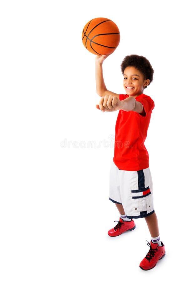 Amerykanin Afrykańskiego Pochodzenia szkolna chłopiec bawić się koszykówkę obraz royalty free