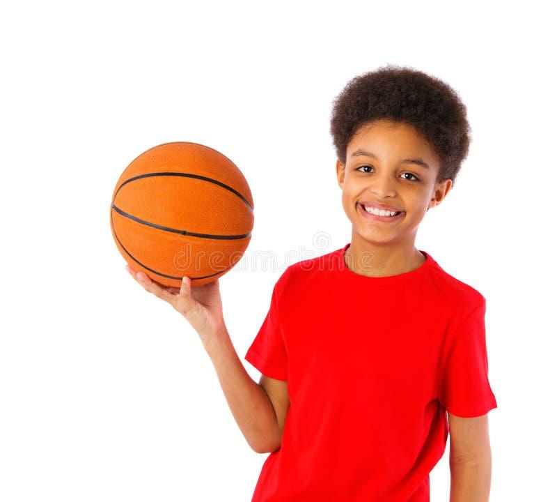 Amerykanin Afrykańskiego Pochodzenia szkolna chłopiec z koszykówką obraz stock