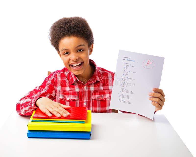 Amerykanin Afrykańskiego Pochodzenia szkolna chłopiec z A stopnia testem fotografia stock