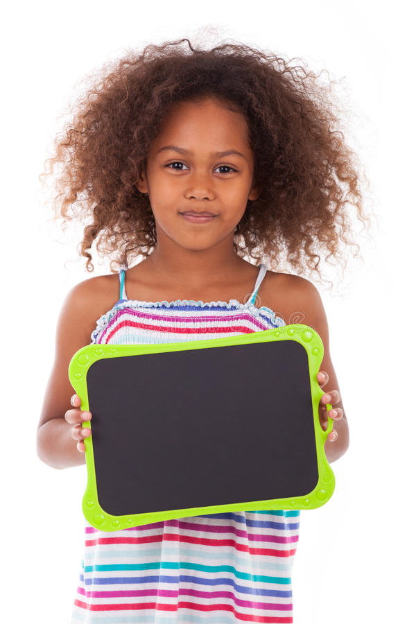 Amerykanin Afrykańskiego Pochodzenia szkolna dziewczyna trzyma pustą czerni deskę - czerń zdjęcie royalty free