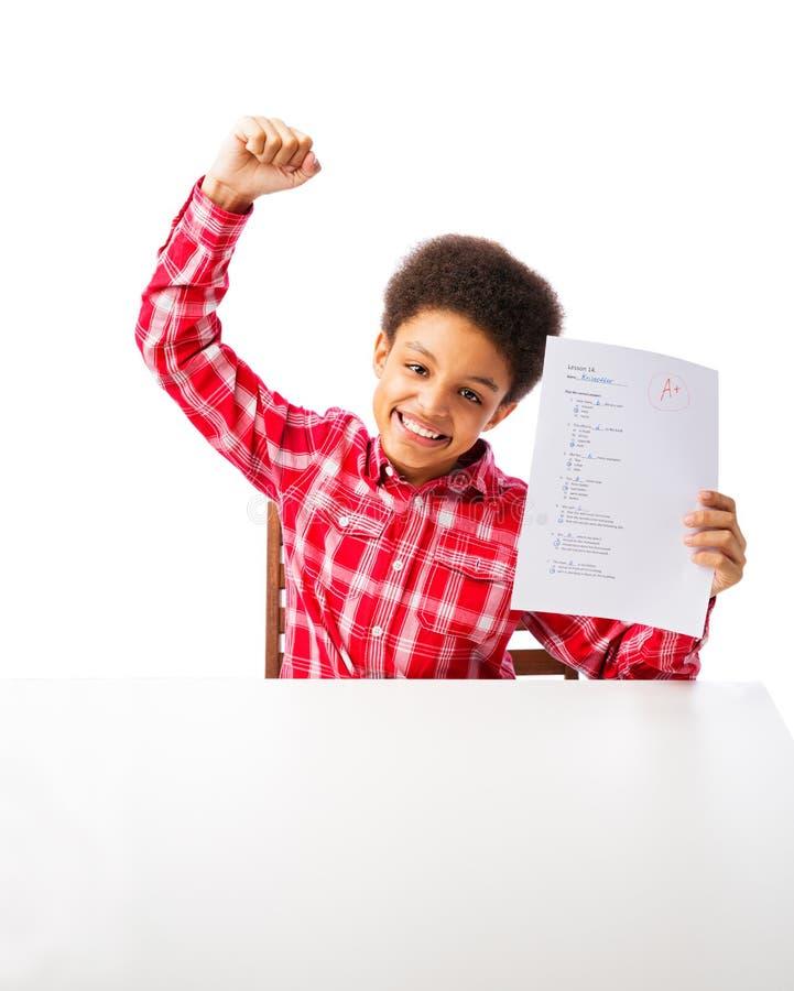 Amerykanin Afrykańskiego Pochodzenia szkolnej chłopiec sukcesu A stopnia test zdjęcie stock