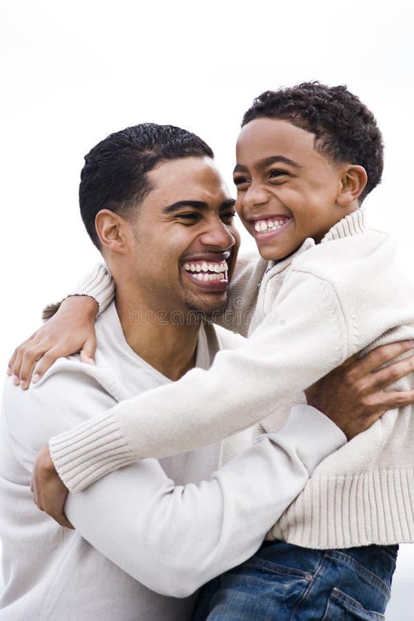 amerykanin afrykańskiego pochodzenia tata szczęśliwy przytulenia syn zdjęcia stock