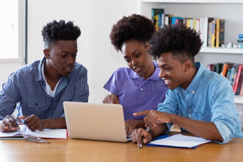 Amerykanin afrykańskiego pochodzenia ucznie uczy się cyfrowanie obraz royalty free