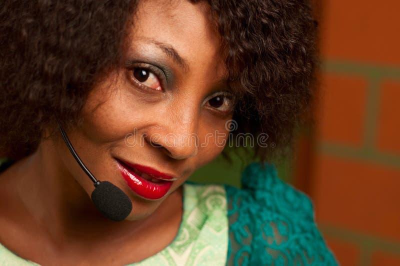 Amerykanin Afrykańskiego Pochodzenia dziewczyna w centrum telefonicznym