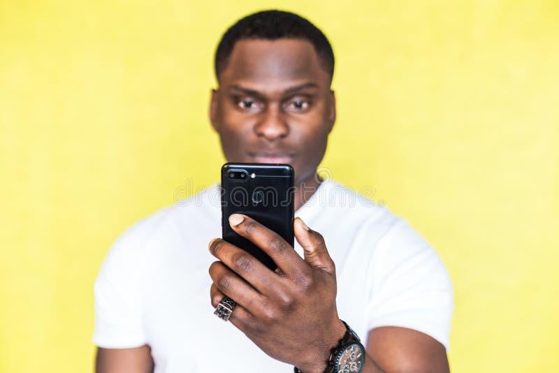 Amerykanin Afryka?skiego Pochodzenia m??czyzna bierze obrazki na smartphone obraz royalty free