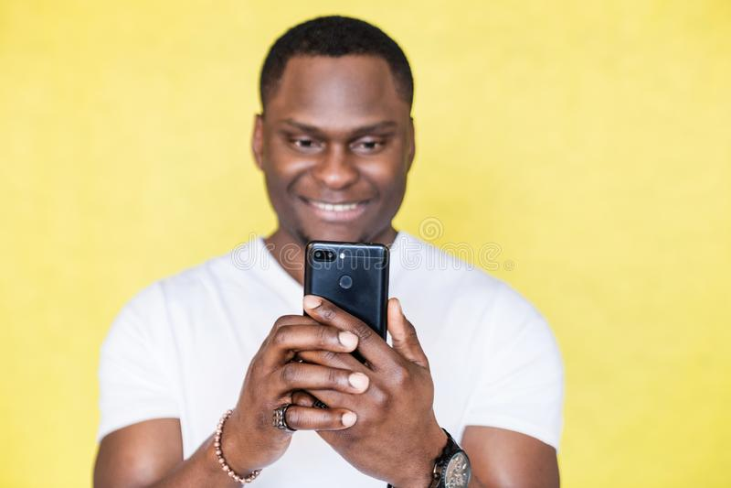Amerykanin Afryka?skiego Pochodzenia m??czyzna bierze obrazki na smartphone zdjęcia royalty free