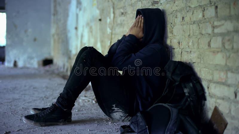 Amerykanin chłopiec chuje w rujnującym budynku, uciekającym od zaburzeniowej rodziny obrazy stock