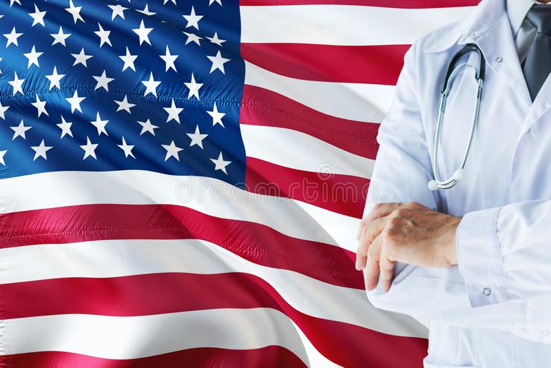 Amerykanin Doktorska pozycja z stetoskopem na Stany Zjednoczone flagi tle Krajowy system opieki zdrowotnej poj?cie, medyczny tema obraz royalty free