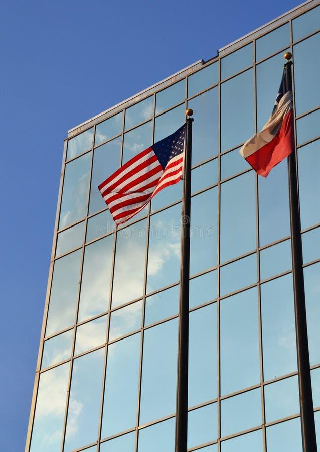 Amerykanin i Teksas flaga przed budynkiem obrazy royalty free