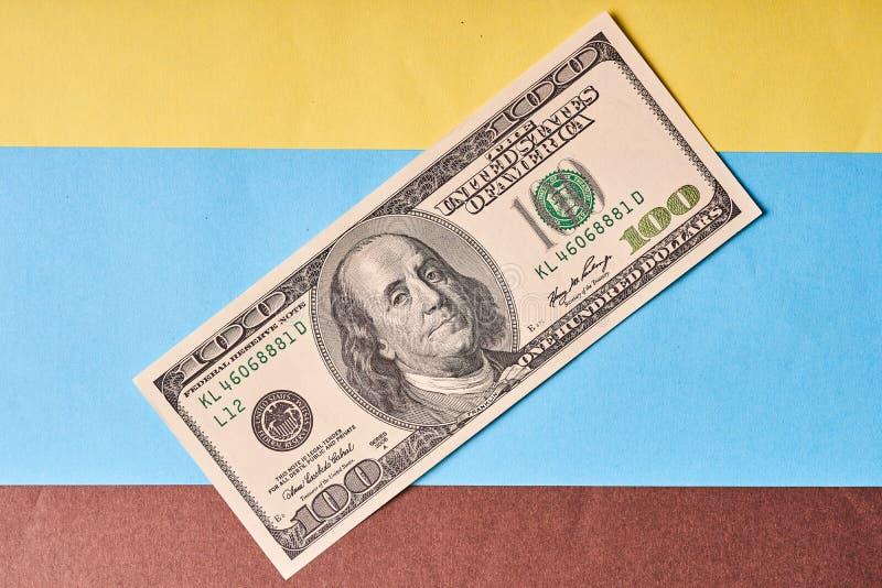 Amerykanin sto dolarów na barwionym papierowym tle fotografia royalty free