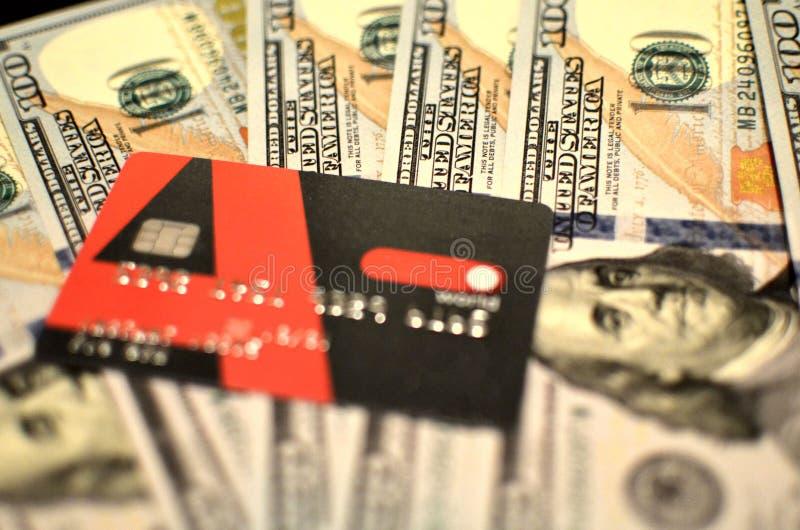 Amerykanin sto dolarowych rachunków i karta kredytowa Concetse waluta i system bankowy USA sto dolarowi rachunki zdjęcie royalty free