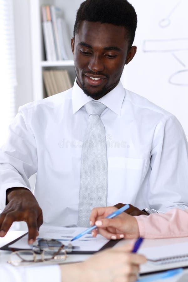 Amerykanina afrykańskiego pochodzenia biznesmen przy spotkaniem w biurze, barwiącym w bielu Wielo- etniczni ludzie biznesu grup obrazy royalty free