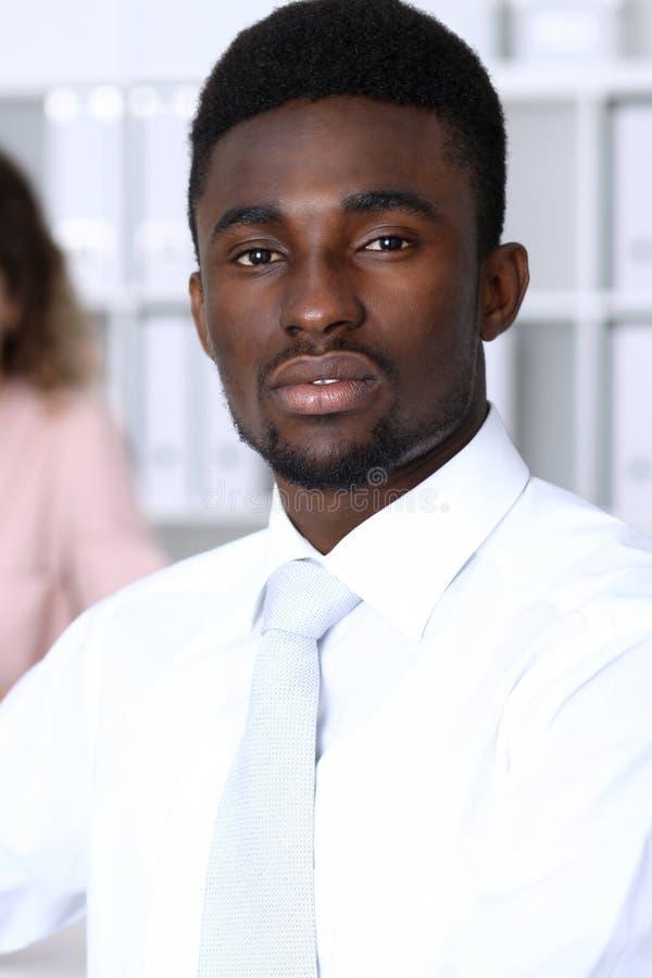 Amerykanina afrykańskiego pochodzenia biznesmen przy spotkaniem w biurze, barwiącym w bielu Wielo- etniczni ludzie biznesu grup fotografia royalty free