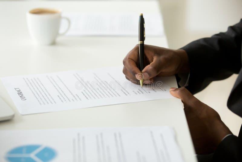Amerykanina afrykańskiego pochodzenia biznesmena podpisywania biznesu kontrakta pojęcie, zdjęcia stock