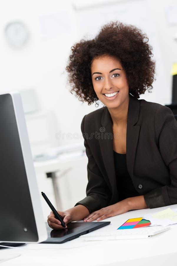 Amerykanina Afrykańskiego Pochodzenia bizneswoman przy jej biurkiem zdjęcia royalty free