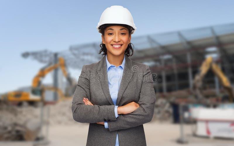 Amerykanina afrykańskiego pochodzenia bizneswoman w białym hełmie obrazy stock