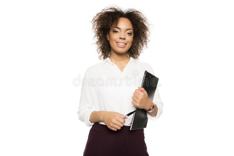 Amerykanina afrykańskiego pochodzenia bizneswoman z schowkiem zdjęcia royalty free