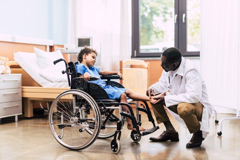 Amerykanina afrykańskiego pochodzenia doktorski i niepełnosprawny pacjent fotografia stock