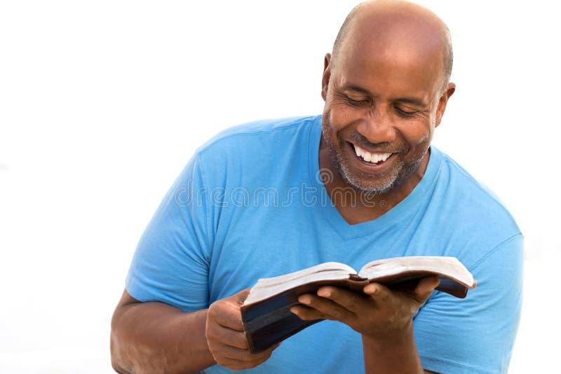 Amerykanina Afrykańskiego Pochodzenia mężczyzna czytanie zdjęcie royalty free