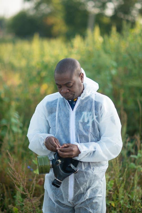 Amerykanina Afrykańskiego Pochodzenia mężczyzna jest ubranym chemiczną ochronę i maskę gazową fotografia royalty free