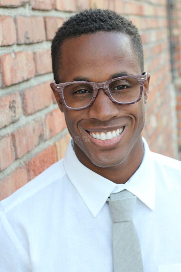 Amerykanina Afrykańskiego Pochodzenia mężczyzna jest ubranym szkło portret obraz stock