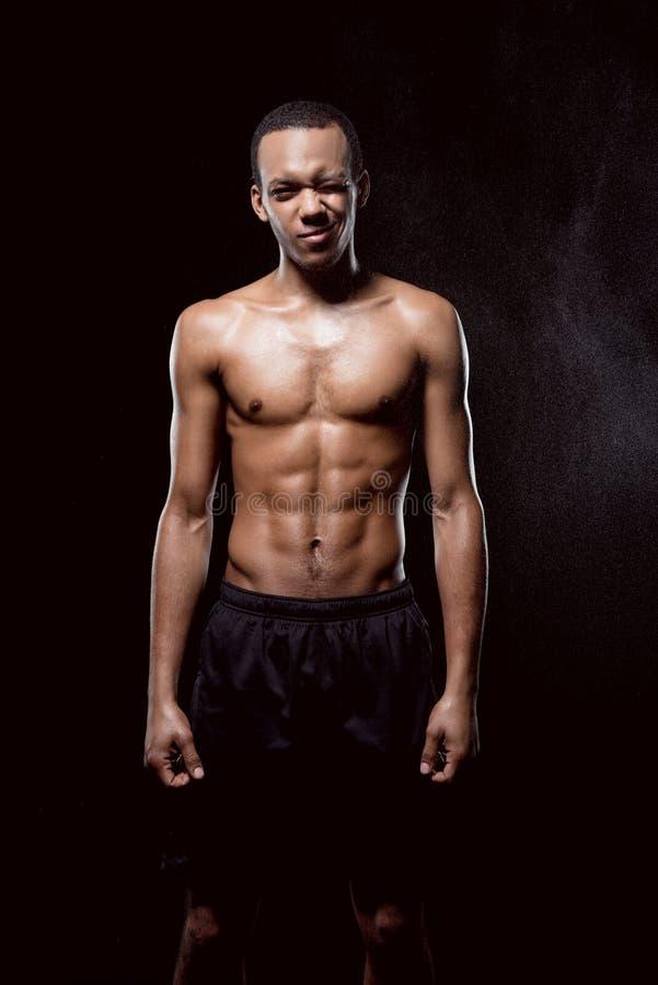 Amerykanina afrykańskiego pochodzenia mężczyzna mięśniowy mruganie i pozować zdjęcia royalty free