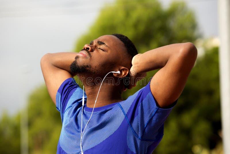 Amerykanina afrykańskiego pochodzenia mężczyzna odpoczywa po sporta treningu fotografia royalty free