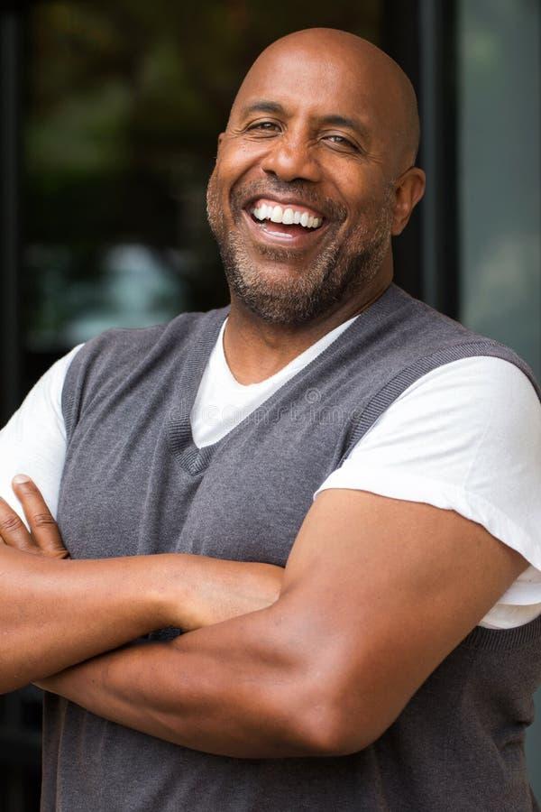 Amerykanina Afrykańskiego Pochodzenia mężczyzna ono Uśmiecha się fotografia royalty free