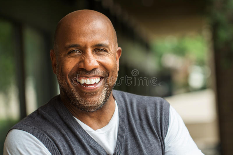 Amerykanina Afrykańskiego Pochodzenia mężczyzna ono Uśmiecha się zdjęcia stock
