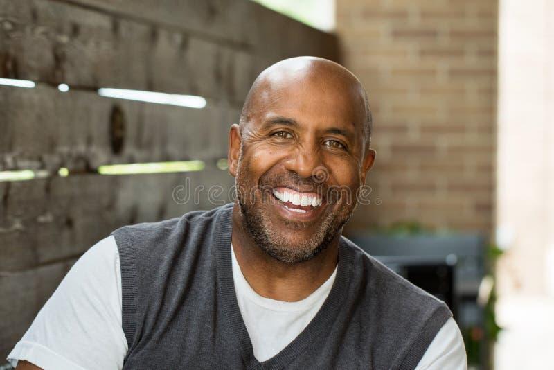 Amerykanina Afrykańskiego Pochodzenia mężczyzna ono Uśmiecha się obraz stock