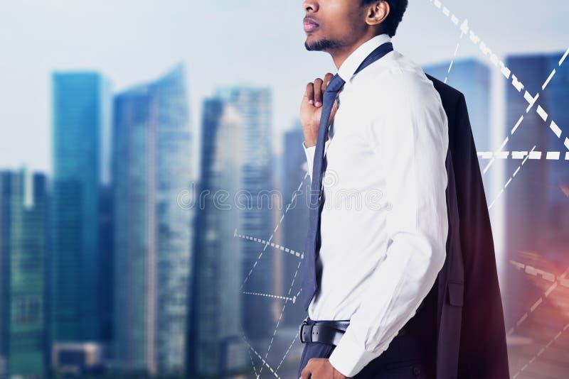 Amerykanina Afrykańskiego Pochodzenia mężczyzna w mieście, wykresy obraz stock