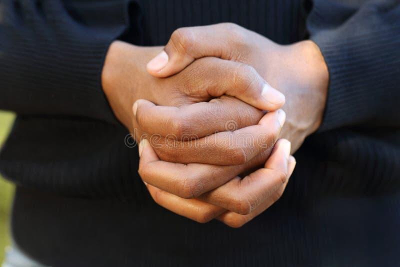 Amerykanina Afrykańskiego Pochodzenia mężczyzna w modlitwie zdjęcia stock