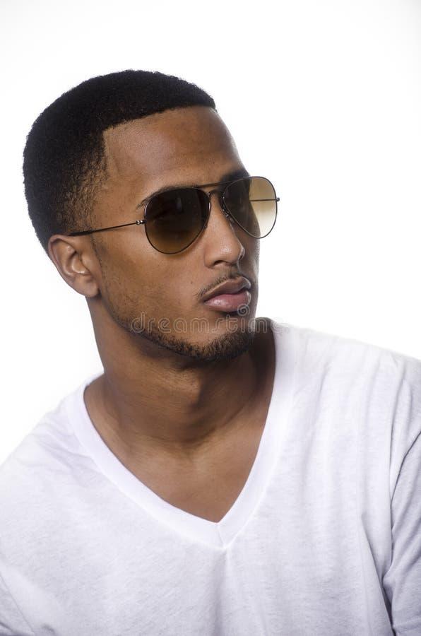 Amerykanina Afrykańskiego Pochodzenia młody człowiek jest ubranym okulary przeciwsłonecznych obraz stock