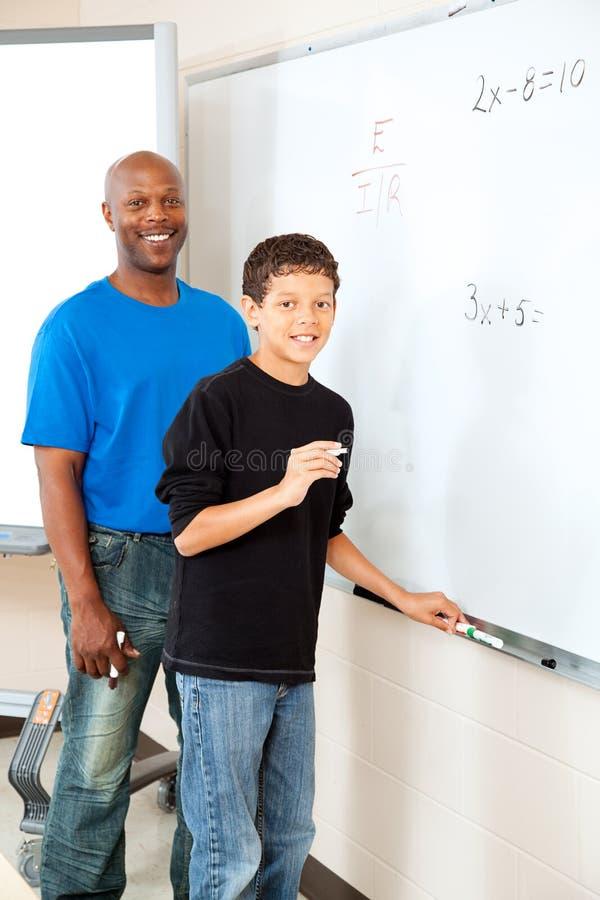 Amerykanina Afrykańskiego Pochodzenia nauczyciel z uczniem zdjęcia stock