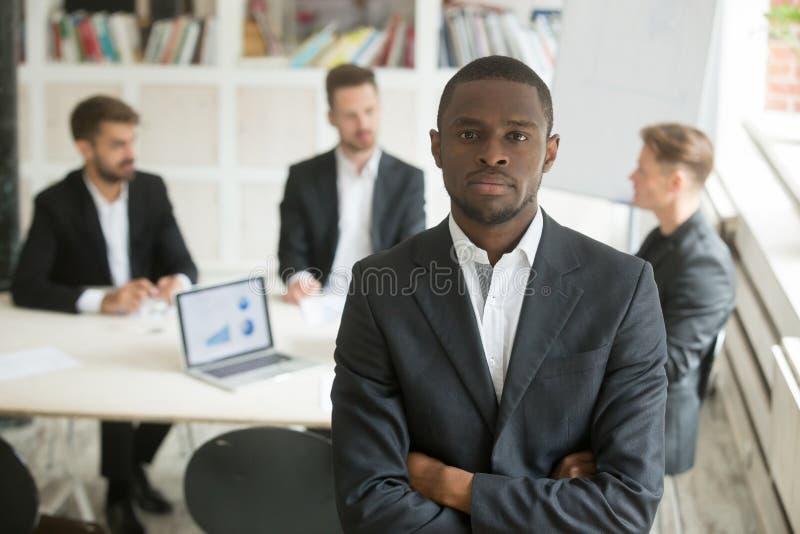 Amerykanina afrykańskiego pochodzenia pracownik pozuje kamera przy firmy odprawą obraz royalty free