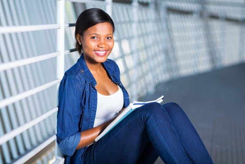 Amerykanina afrykańskiego pochodzenia student collegu zdjęcie royalty free