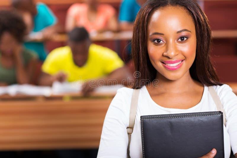Amerykanina afrykańskiego pochodzenia student uniwersytetu zdjęcia stock