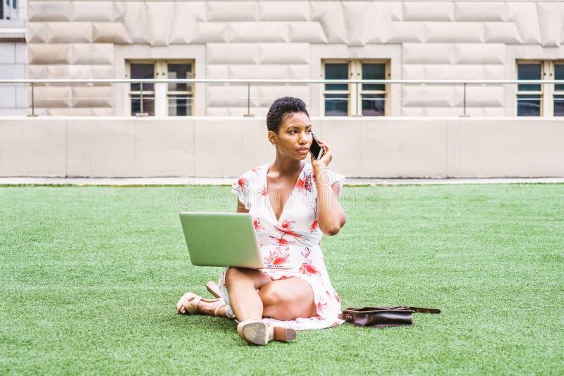 Amerykanina Afrykańskiego Pochodzenia studenta collegu studiowanie w Nowy Jork zdjęcia royalty free