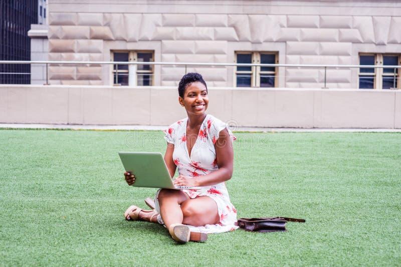 Amerykanina Afrykańskiego Pochodzenia studenta collegu studiowanie w Nowy Jork fotografia royalty free